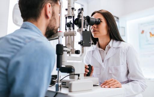 Preciso consultar om oftalmologista para usar lentes de contato?